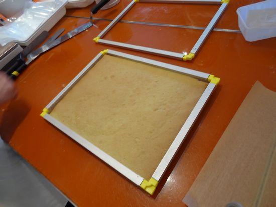 on vérifie le bon format du biscuit et on pare avant le montage
